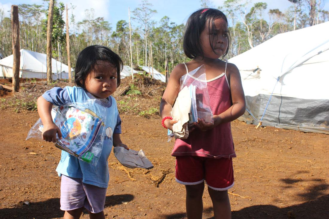 02/2014: Hernani-Cacatmonan: School-supplies für junge Schülerinnen