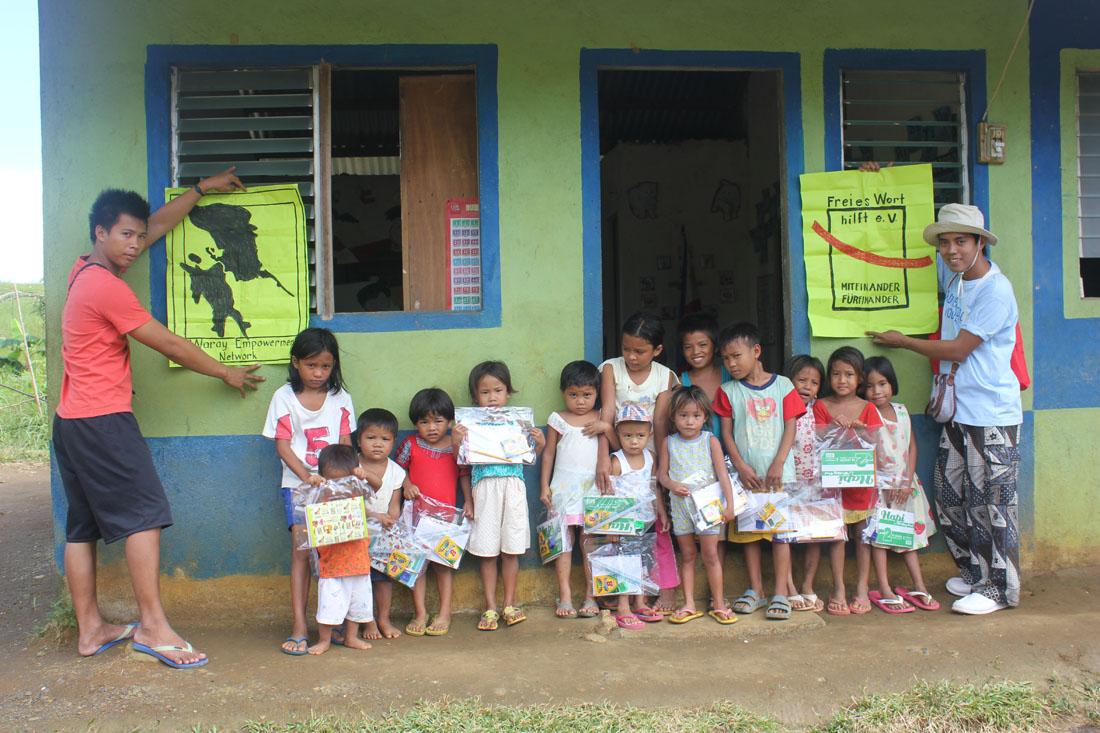 02/2014: Hernani-Gawad-Kalinga-Village_School-supplies_John-Rey-und-Kyle